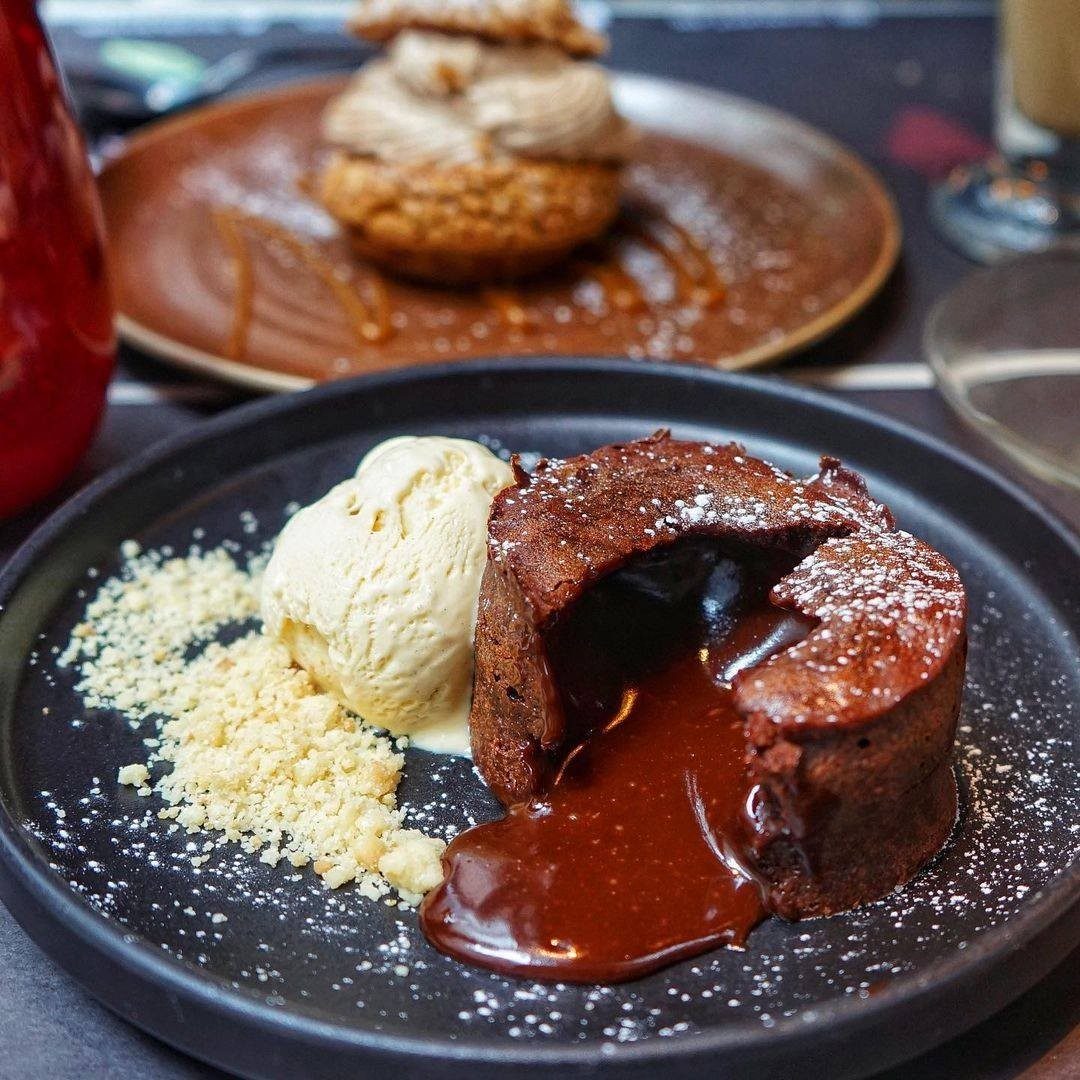 Thanks @littlemsfoodie for the rave review of this best-selling dessert at @scarlett_hk: ''OMG MY FAV CHOC FONDANT IN TOWN!!!❤️🤤 HOW I'VE MISSED U 🥺💕 Been a while since I last had this LEGENDARY CHOC FONDANT 🍫 THAT OVERFLOWING 75% Ecuador choc lava is simply irresistible 😋 I'M IN DESSERTS HEAVEN''. We couldn't have said it better ourselves 😉......#residenceghongkong #residenceghk #HotelsG #scarletthk #scarlettcafeandwinebar #thelegendsaidso #hkfoodlover #hongkongfoodie #frenchinhk #hongkongvibes #hkrestaurant #topcitybiteshk #frenchfood #frenchcuisine #frenchdessert #sweettreat #sweettooth #worldofdining #chefinstagram #eatingfortheinsta #frenchpatisserie #desserthk #hkfoodblogger #hkfoodie #hkfood #chocolatelovers #chocolatelava #chocoholic #moltenchocolate #chocolatefondant